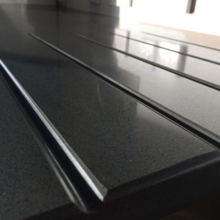 Drainer grooves - Black worktop design